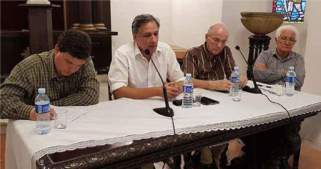 De izquierda a derecha: Julio Antonio Fernández Estrada, Gustavo Arcos Fernández-Britto, el p. Jorge Cela Carvajal y Rolando Suárez Cobián (moderador). Fotos: Gustavo Andújar.