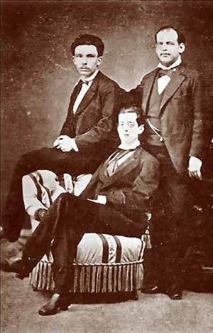 Fermín Valdés Domínguez (sentado) con José Martí (a la izquierda) y su hermano Eusebio Valdés Domínguez. Madrid, 1872.