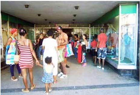 La figura del revendedor ya es cotidiana en los portales de las tiendas de Centro Habana.