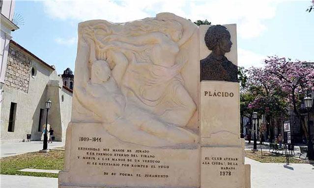 Monumento al poeta Plácido, obra de Teodoro Ramos Blanco, patrocinada por el Club Atenas y erigida en el parque del Cristo del Buen Viaje, La Habana Vieja. El año al pie, 1978, constituye un error puesto al ser remozado el monumento.