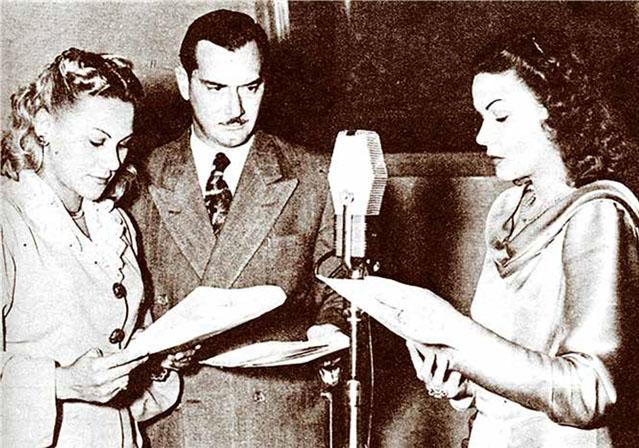 Los actores Xiomara Fernández, Carlos Badías y Minín Bujones en 1948, durante una grabación de la radionovela El derecho de nacer.