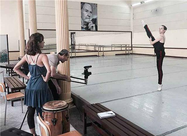 Filmación del documental en la Escuela Nacional de Ballet. Aparecen Laura Domingo, Roberto Salinas y una estudiante.