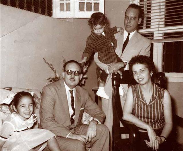 Octavio Smith sentado entre la niña Josefina de Diego y Dinorah, esposa de Agustín Pi, detrás, cargando a la hija de ambos. (Fotos cortesía de Josefina de Diego)